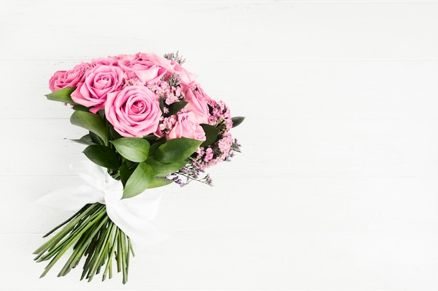 Beau bouquet de fleurs roses roses avec noeud blanc