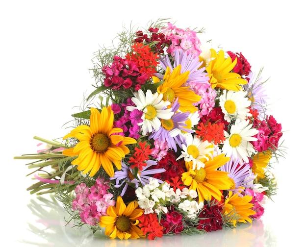 Beau bouquet de fleurs sauvages lumineuses, isolé sur blanc