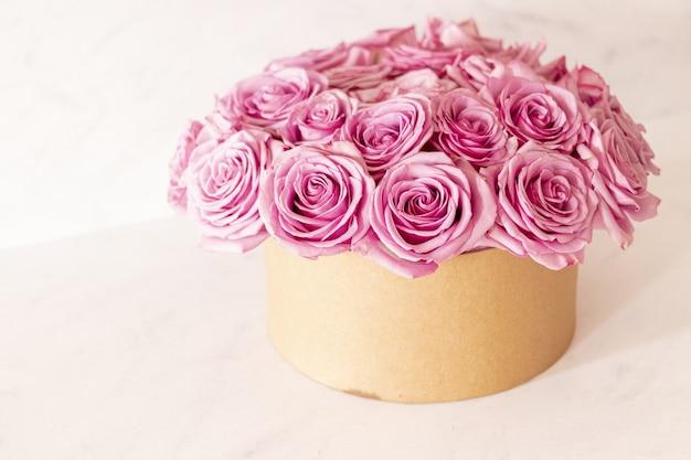 Beau Bouquet Floral Avec Des Roses Roses Dans Une Boîte Sur Fond Rose Photo gratuit