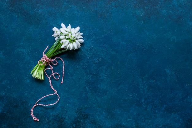 Beau bouquet frais des premières perce-neige de la forêt du printemps