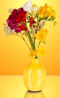 Beau bouquet de freesia dans un vase