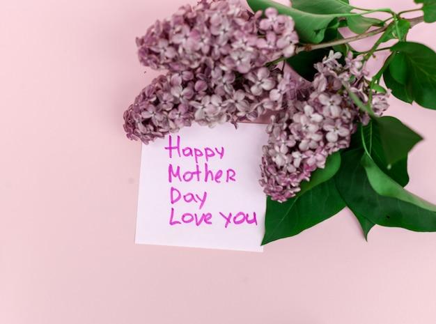 Beau bouquet de lilas violet et carte sur fond de papier violet