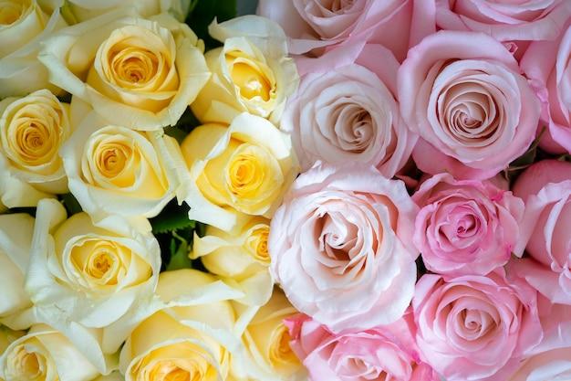 Beau bouquet lumineux jaune et rose de roses se bouchent