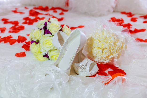 Beau bouquet de luxe et talons pour mariée