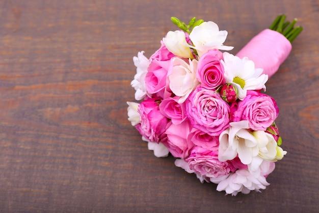 Beau bouquet de mariage sur bois