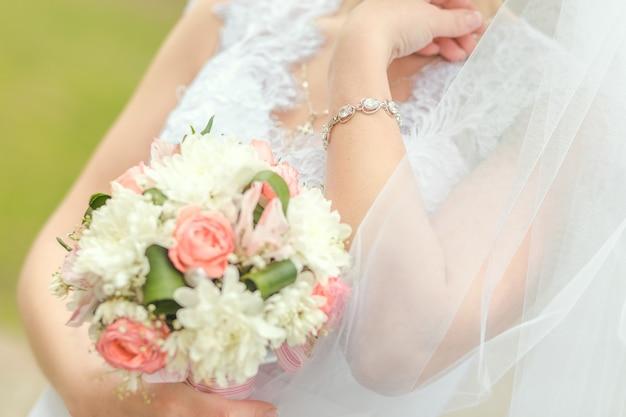 Beau bouquet de mariage dans les mains de la mariée
