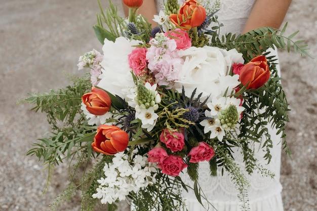 Beau bouquet de mariage de fleurs