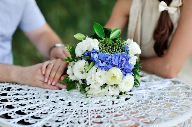Beau bouquet de mariage sur la table