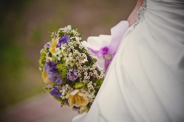 Beau bouquet de mariée dans la main de la mariée