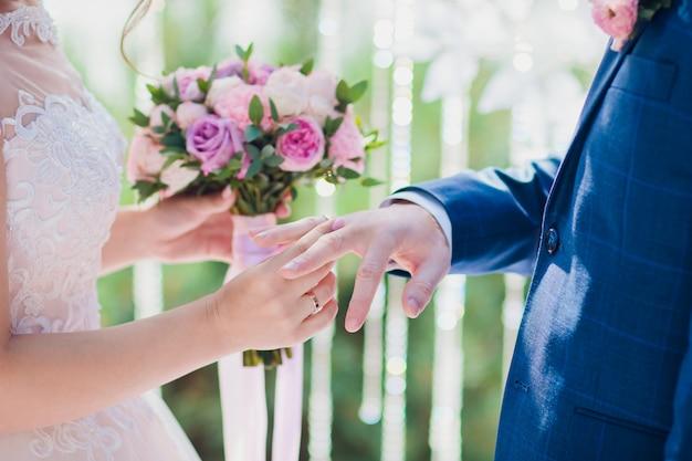 Beau bouquet de mariée dans les mains de la mariée. hortensia, eustoma, roses en bouquet de mariée.