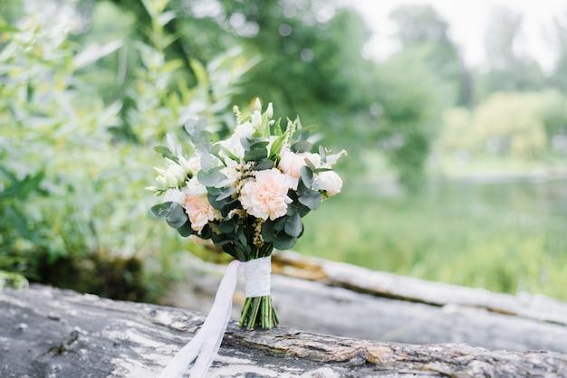 Beau bouquet de mariée délicat dans un style rustique