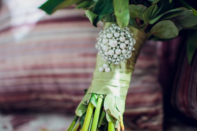 Beau bouquet de mariée délicat sur la table. thème de mariage floral.