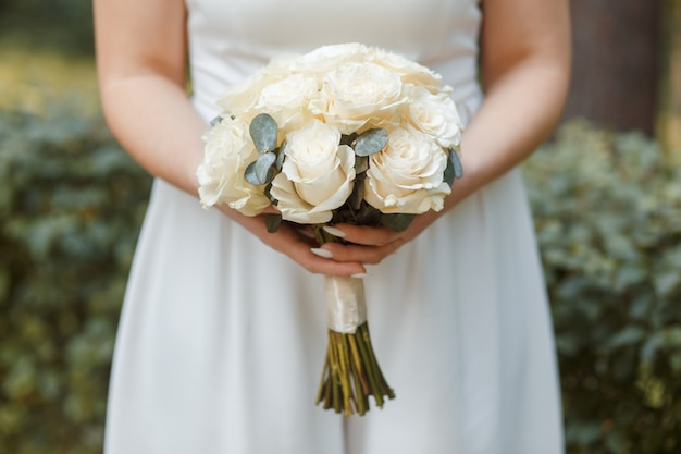 Beau bouquet de mariée entre les mains de la mariée