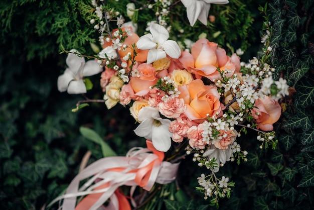 Beau bouquet de mariée sur l'herbe verte un jour d'été.