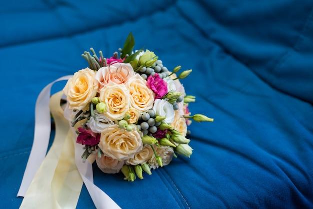 Beau bouquet de mariée lumineux avec des bagues en or