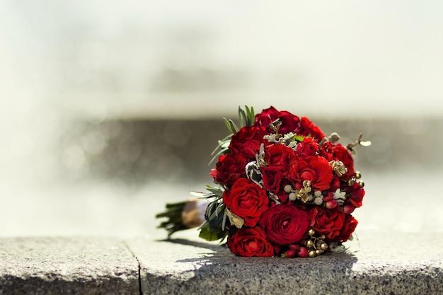 Beau bouquet de mariée mariée allongé sur la pierre