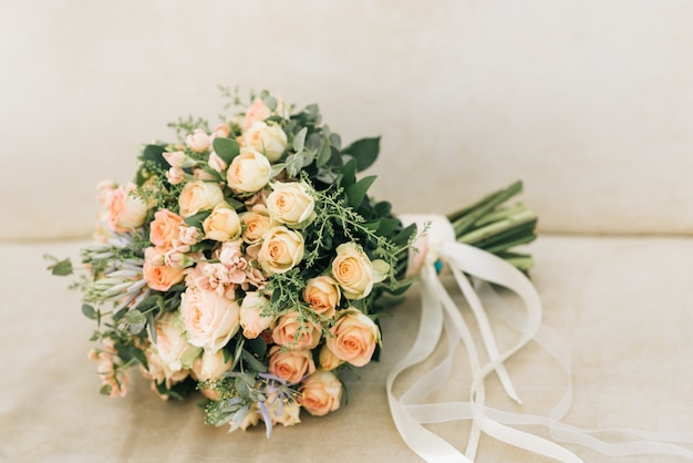 Beau bouquet de mariée de la mariée sur fond clair