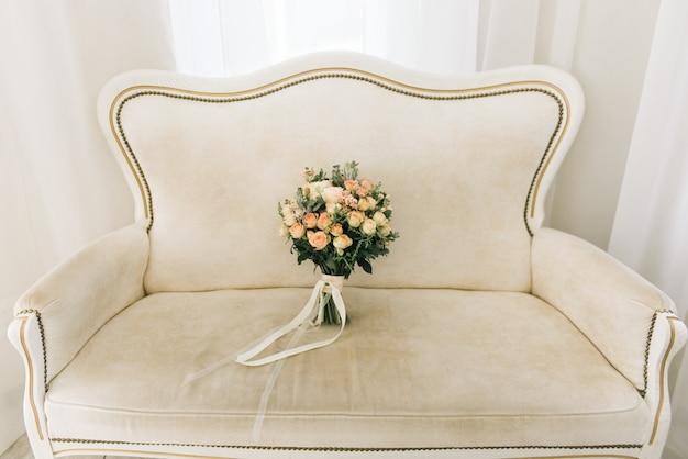 Beau bouquet de mariée de la mariée sur une lumière
