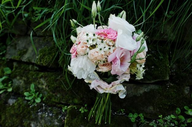 Beau bouquet de mariée moderne et élégant.