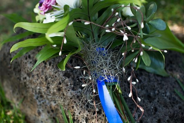 Beau bouquet de mariée sur la pierre