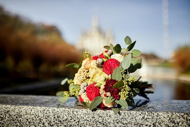 Beau bouquet de mariée en plein air comme accessoires de mariage