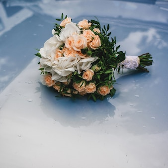 Beau bouquet de mariée avec des roses orange