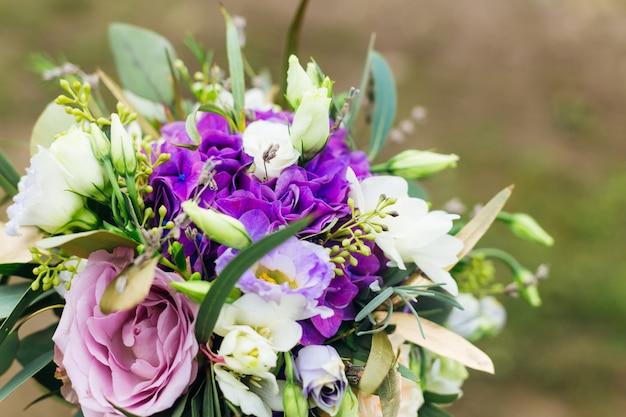 Beau bouquet de mariée avec des roses violettes. fermer. mariage.