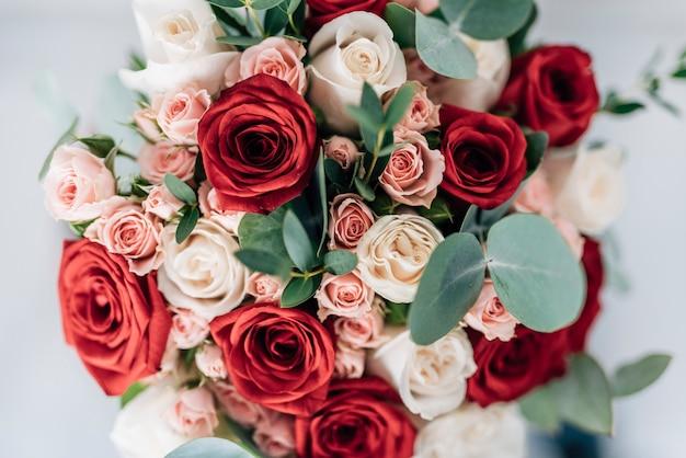 Beau bouquet de mariée de roses