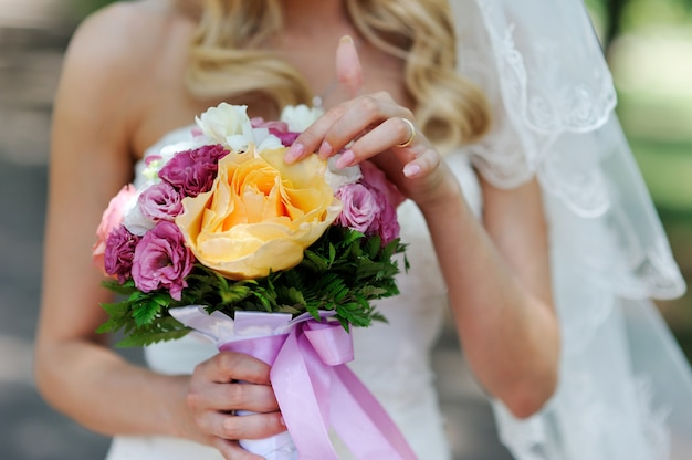 Beau bouquet de mariée avec des roses