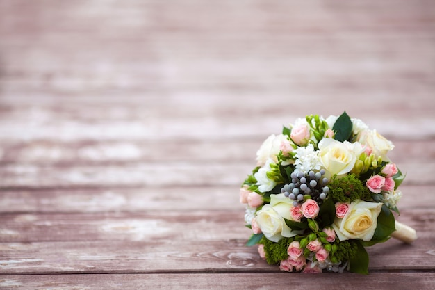 Beau bouquet de mariée sur une table en bois vintage. concept de mariage
