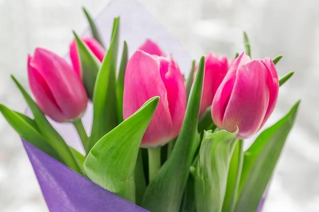 Beau bouquet printanier de tulipes roses. gros plan, flou