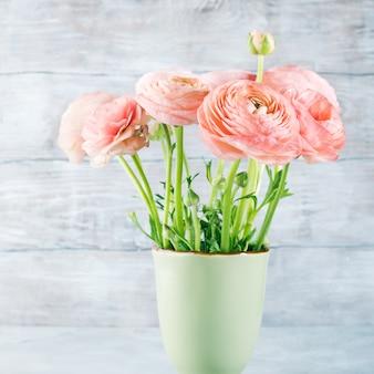 Beau bouquet de renoncule rose. mariage de fête des mères de femme. vacances élégant bouquet de fleurs.