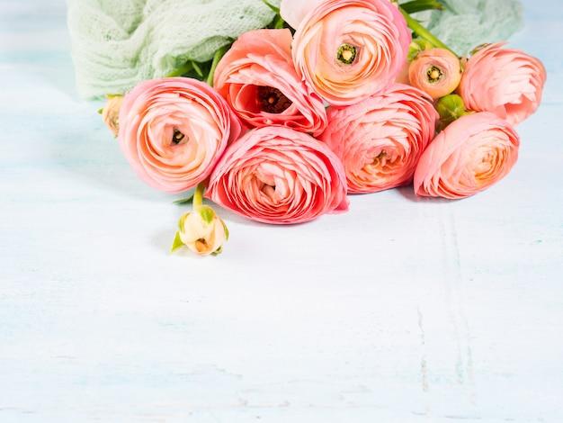Beau bouquet de renoncule rose sur turquoise