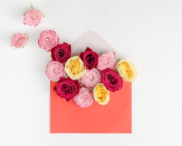 Beau bouquet de roses dans une enveloppe