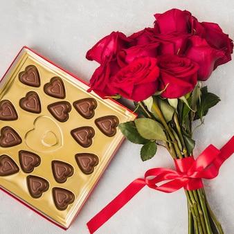 Beau bouquet de roses et de délicieux chocolat