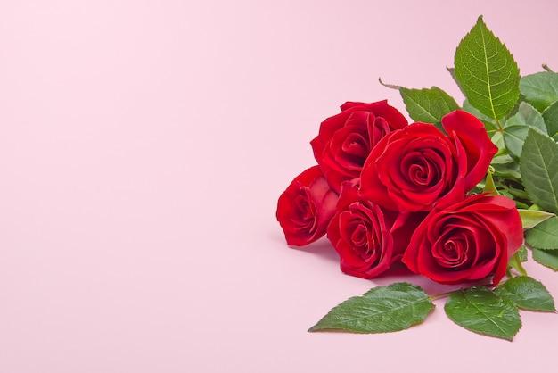 Beau bouquet de roses sur fond rose. le concept de la saint-valentin, fête des mères, 8 mars.