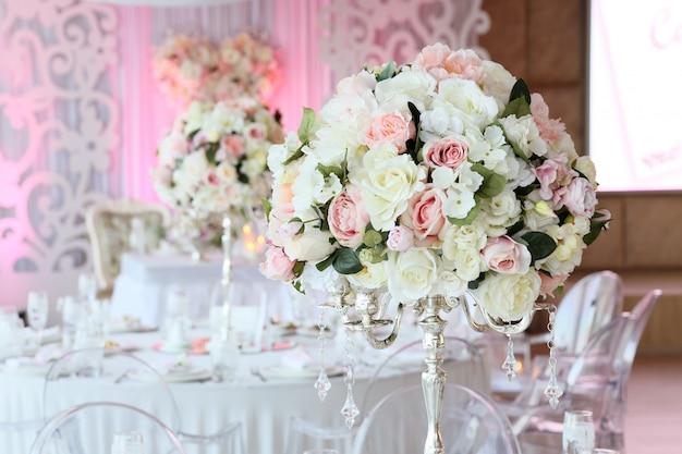 Beau bouquet de roses à l'intérieur du restaurant décor de mariage