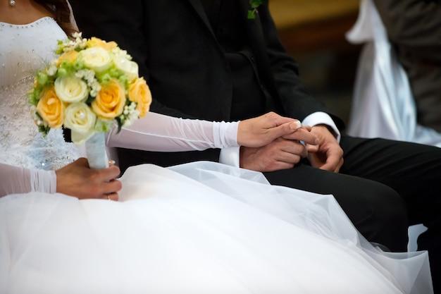 Beau bouquet de roses de mariage dans les mains de la mariée