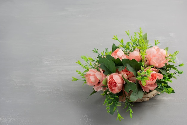 Beau bouquet de roses roses sur table grise.