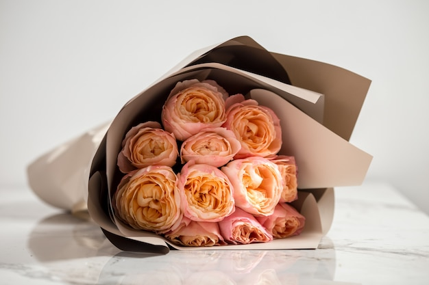 Beau bouquet de roses roses tendres