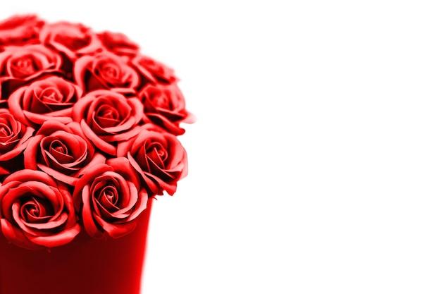 Beau bouquet de roses rouges. fleurs de saint valentin ou de mariage.