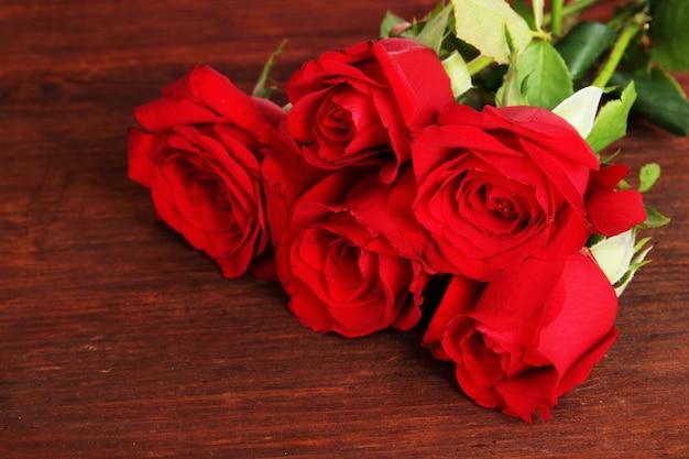Beau bouquet de roses sur table