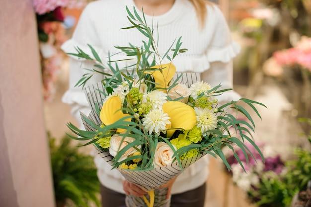 Beau bouquet de saint-valentin jaune dans les mains de la femme