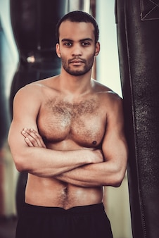 Beau boxeur afro-américain avec le torse nu.