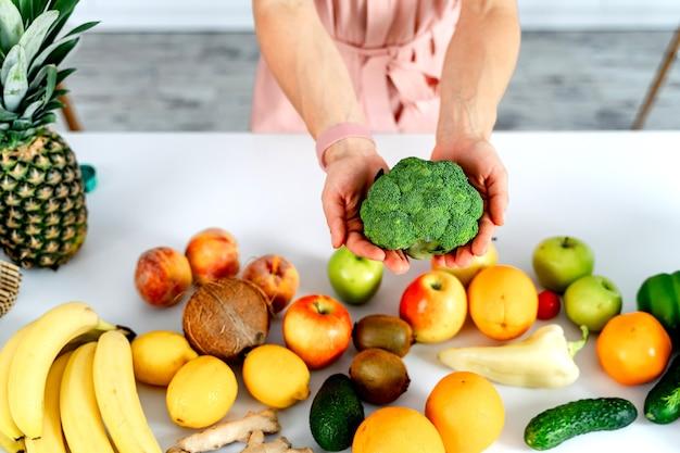 Beau brocoli vert frais dans les mains.