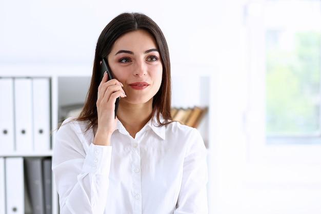 Beau, brunette, sourire, femme affaires, conversation, téléphone portable