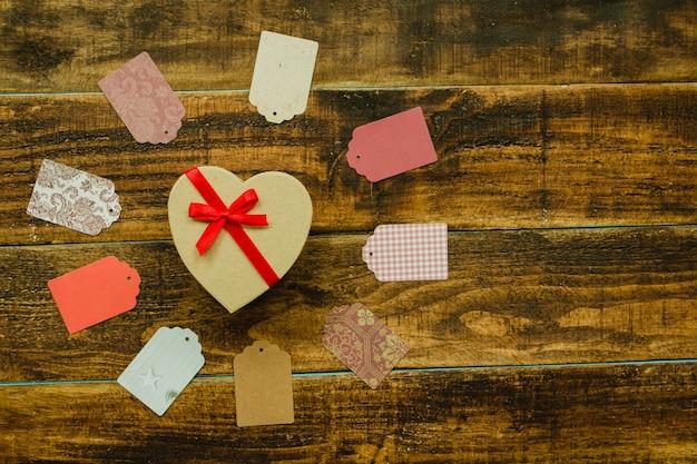 Beau cadeau avec forme de coeur et ruban rouge