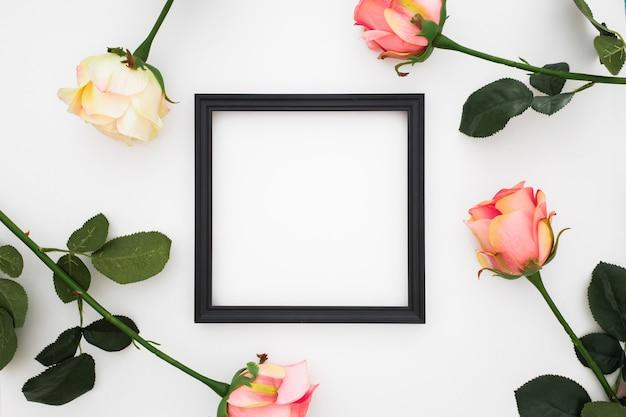 Beau cadre avec des roses autour