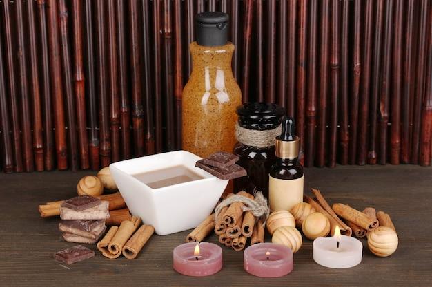 Beau cadre de spa au chocolat sur table en bois