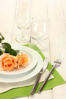 Beau cadre de table de vacances avec des fleurs